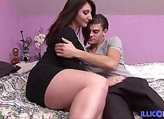 Mylène baise son mec avant qu`il aille en baiser d`autres