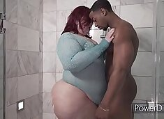Amaziing gives Nikki Cakes a golden Shower